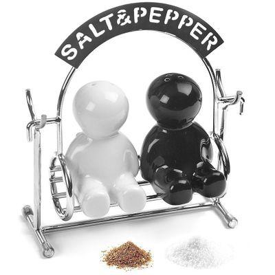 Salt och Pepparkar på en hammock