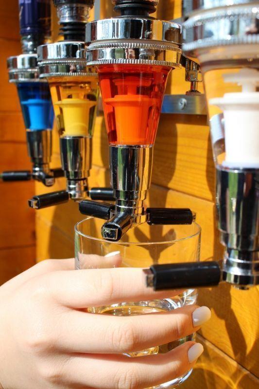 Väggmonterad Flaskhållare med Dosör